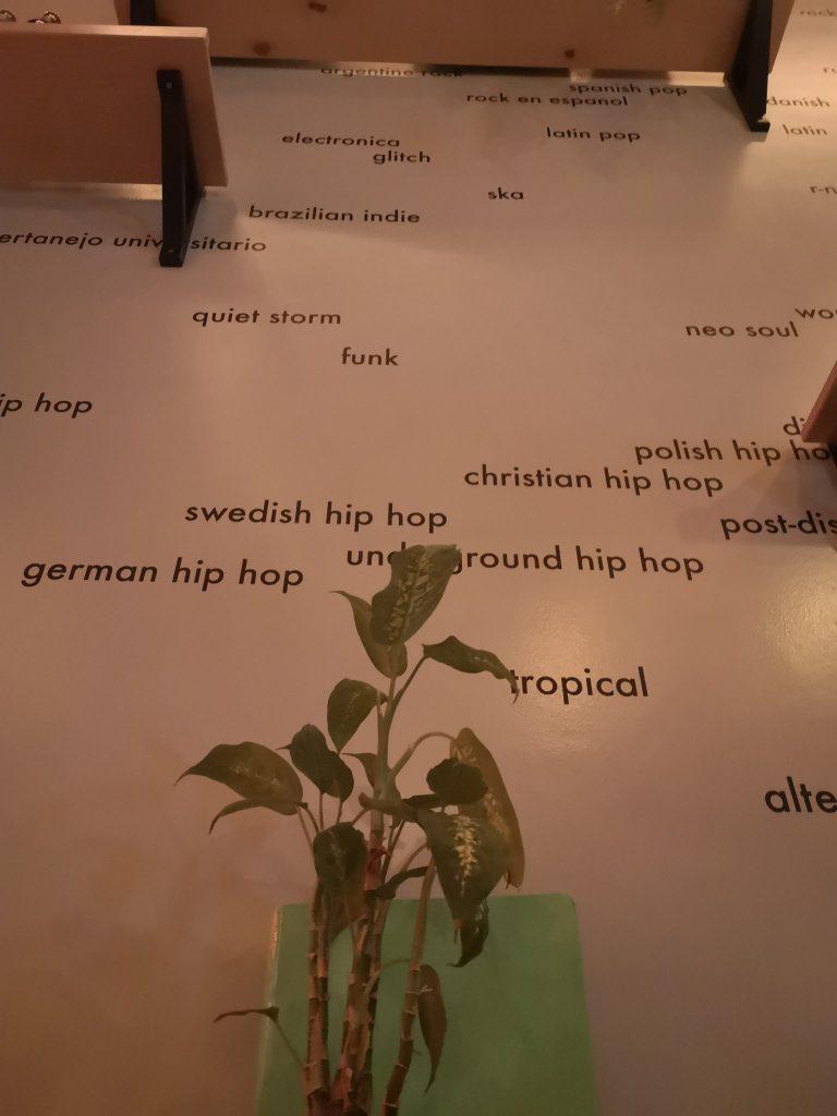 Kreatives Interior Design im Grenswerk Café: alle möglichen Musikstile an der Wand.